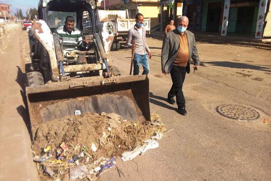 صيانة خطوط الصرف وإصلاح هبوط أرضى خلال حملات على 3 مدن بكفر الشيخ.. صور (3)