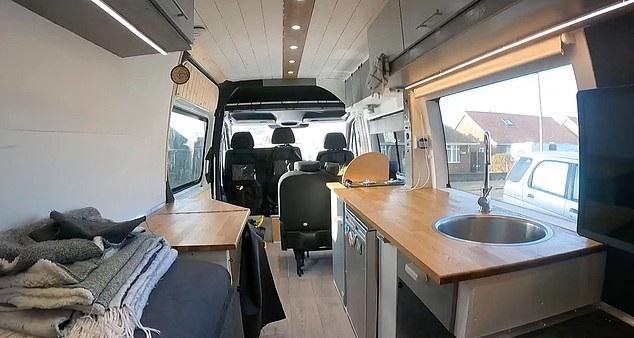 شاب يحول حافلة إلى منزل لحبه للسفر لتوفير نفقات الفنادق في بريطانيا (5)