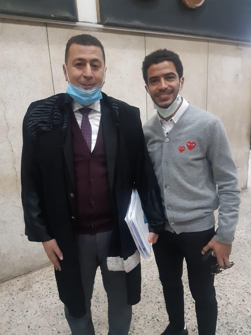 عمر جابر لاعب نادى بيراميدز مع محاميه شعبان سعيد (1)