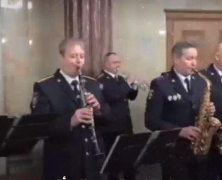 الشرطيون يعزفون الموسيقى