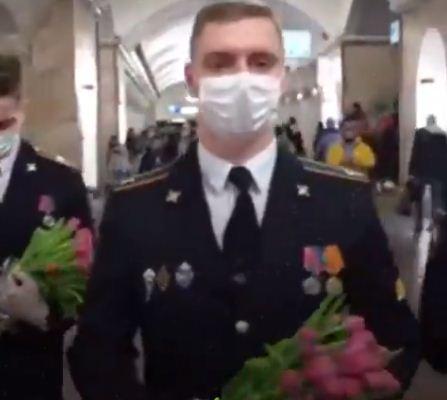 الشرطيون يوزعون الورود