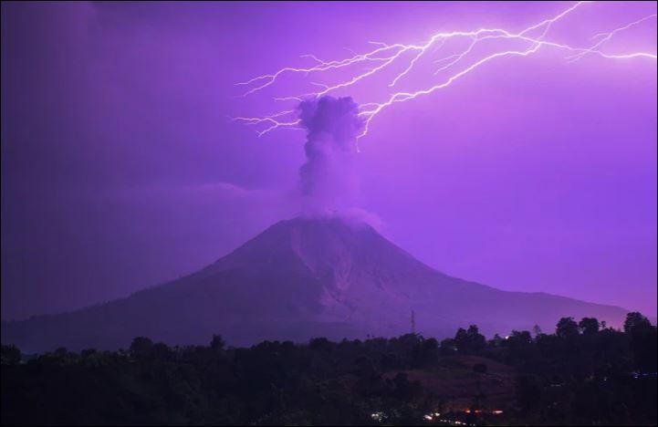 السماء تتحول إلى اللون الأرجوانى فوق بركان ثائر بإندونيسيا