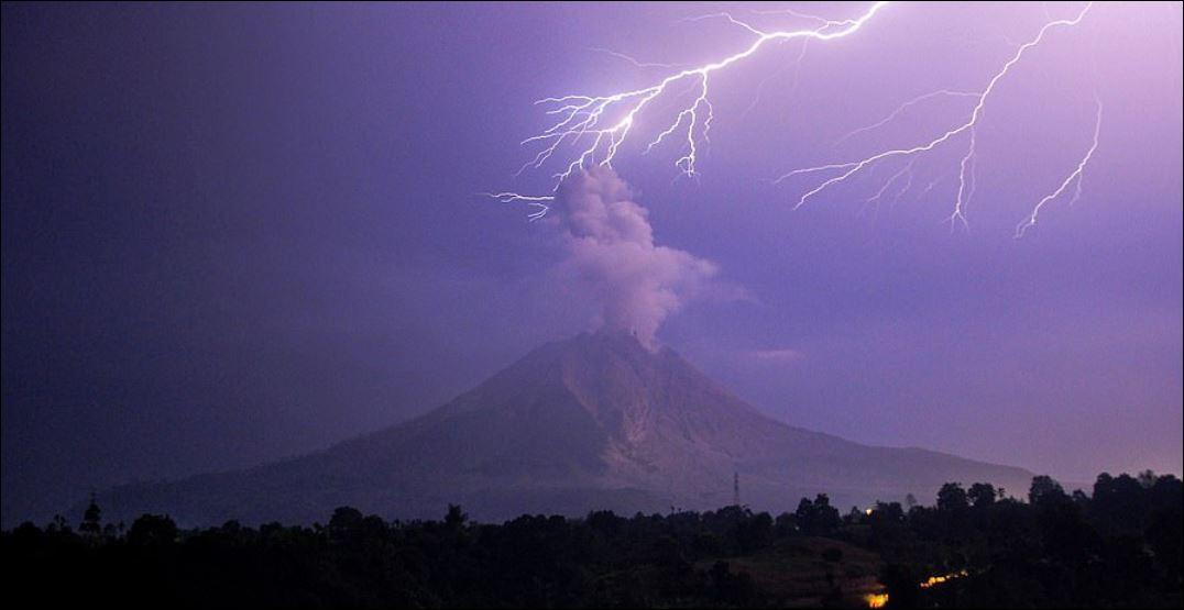 الصواعق فوق فوهة البركان