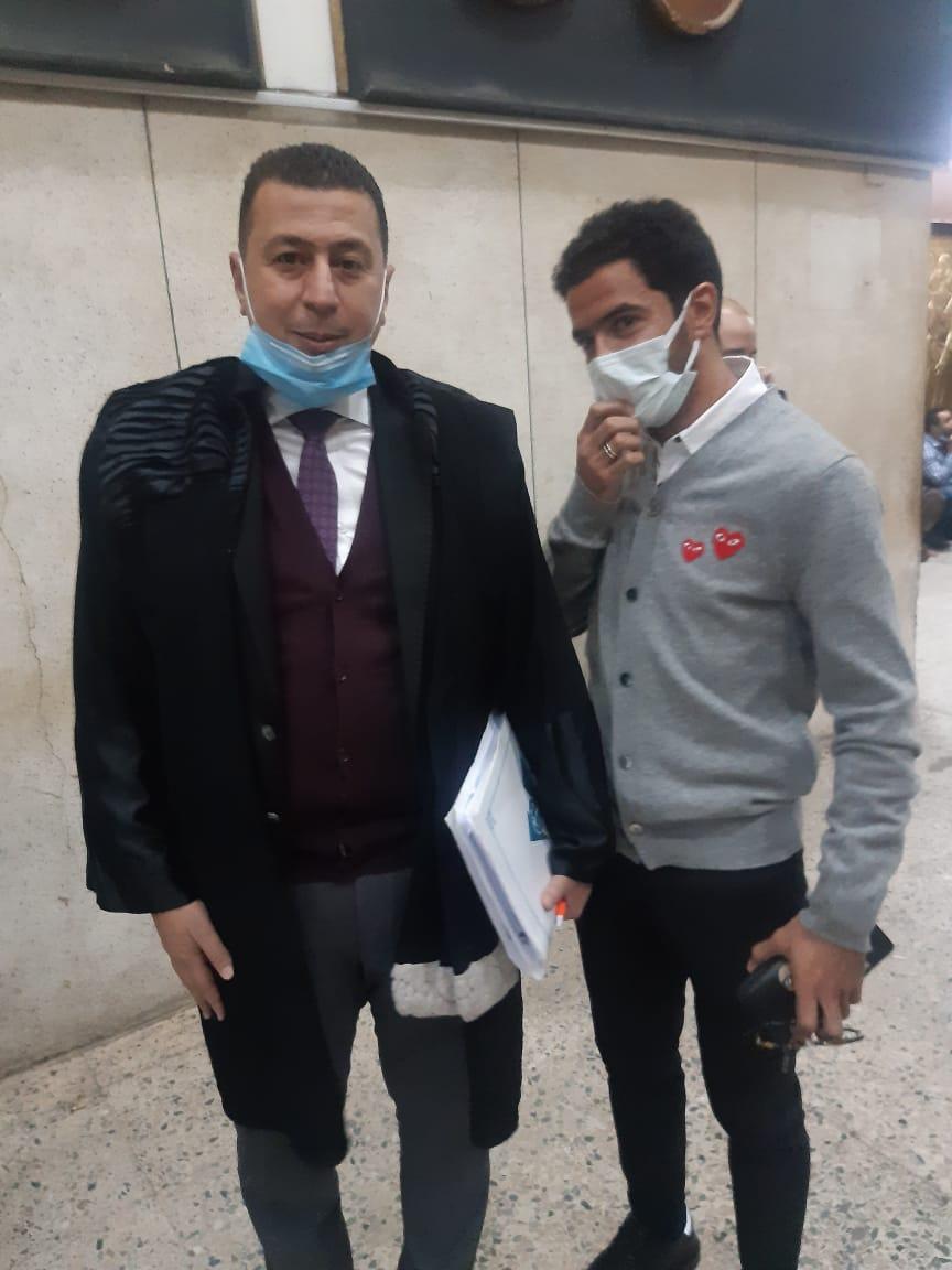 عمر جابر لاعب نادى بيراميدز مع محاميه شعبان سعيد (2)