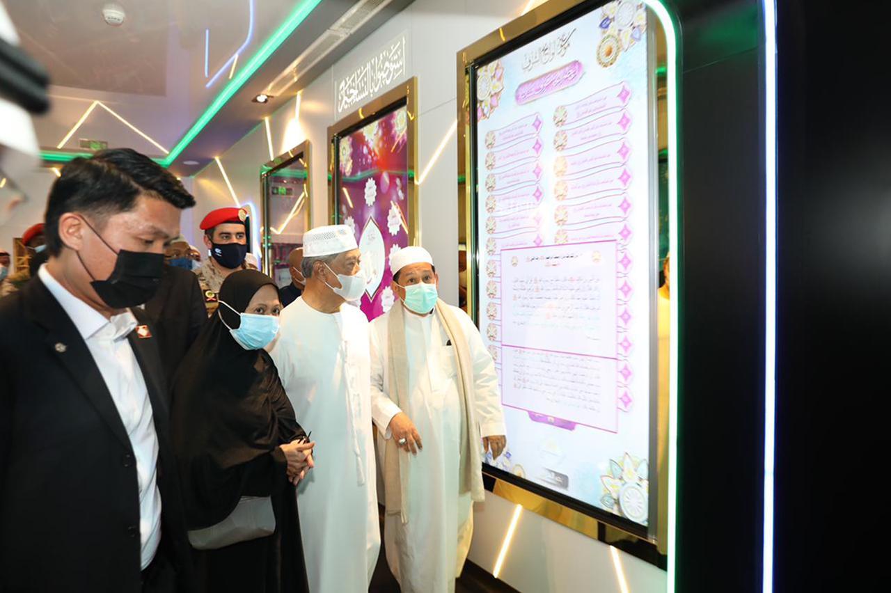 رئيس وزراء ماليزيا ياسين يتجول في المتحف