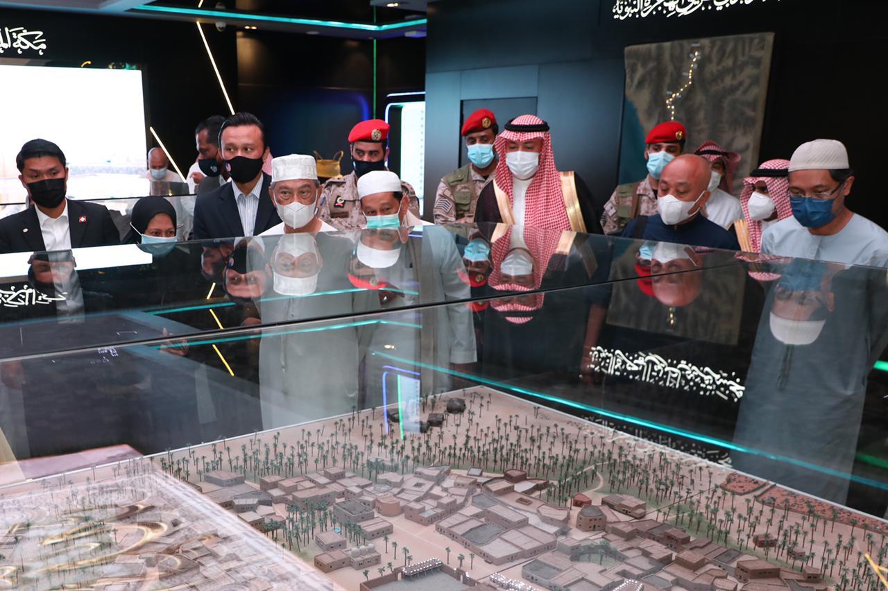 الرئيس الماليزي خلال زيارته لمتحف السيرة النبوية بالمدينة المنورة