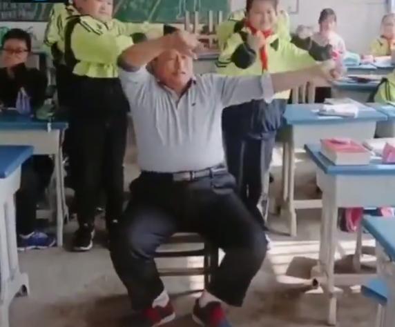 يتفاعل مع الطلاب فى الفصل