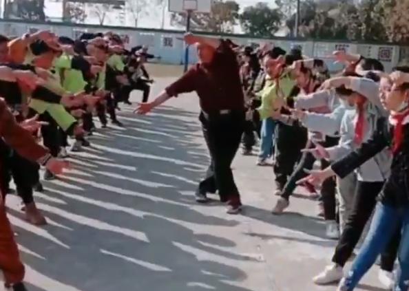 يمارس رياضة مع الطلاب