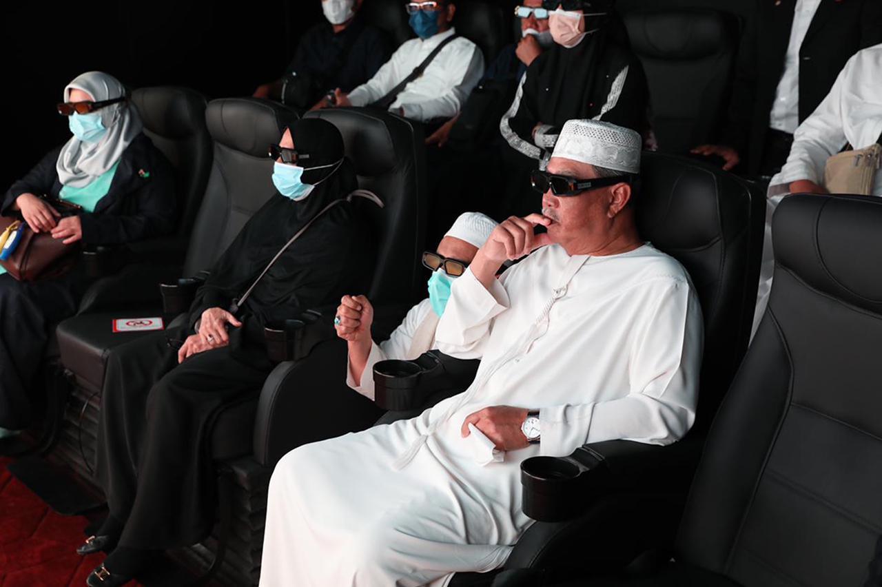 رئيس وزراء الماليزي يشاهد أحد العروض في المتحف
