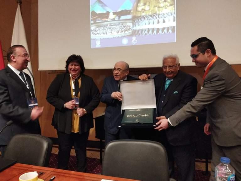 مدير مكتبة الإسكندرية يحمل التكريم