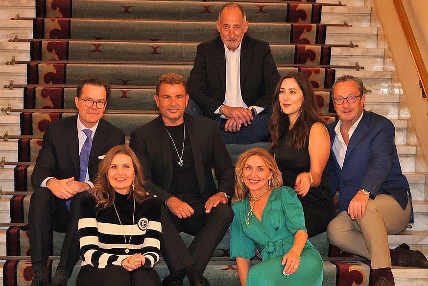 عمرو دياب ويسرا مع السفير وبعض الحاضرين