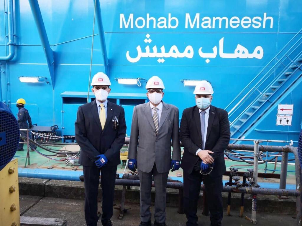 المسئولين فى استقبال الكراكة مهاب مميش