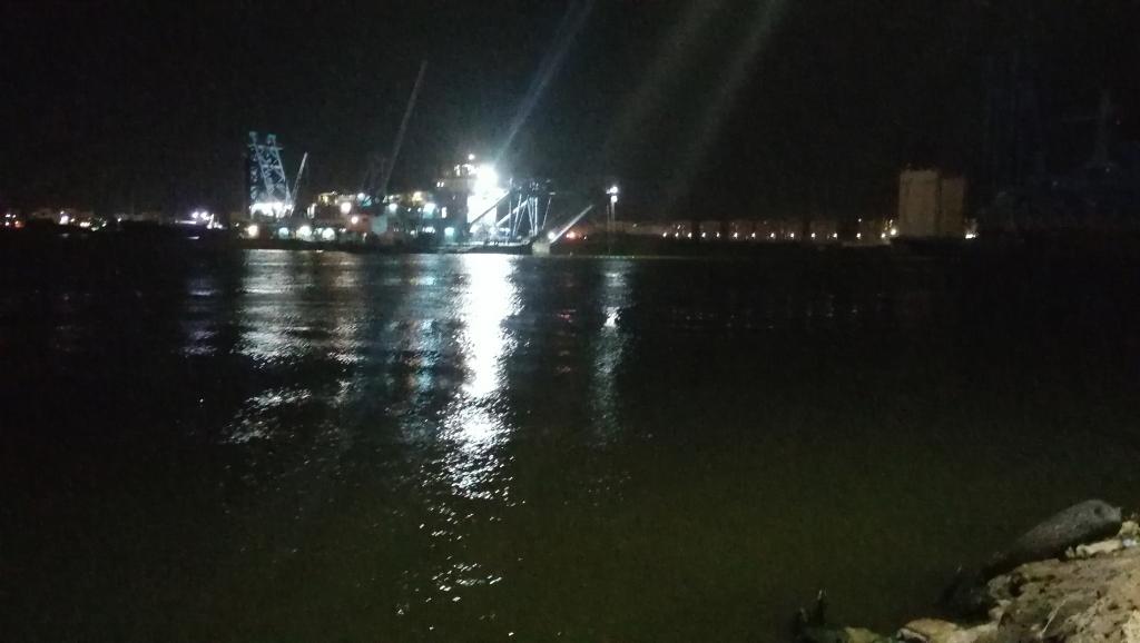 السفينة تعبر قناة السويس