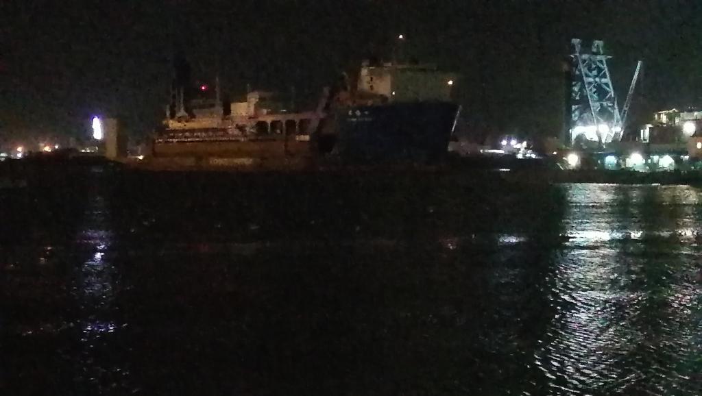 السفينة الحاملة للكراكة تعبر القناة