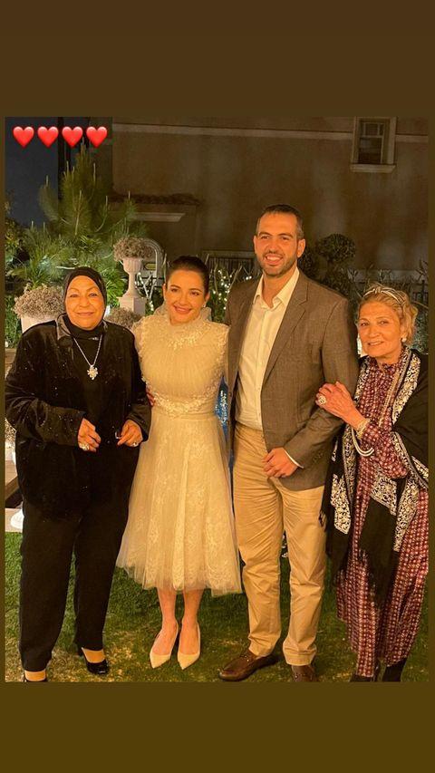 شام  الذهبى برفقة اسره خطيبها فى صورة جماعية