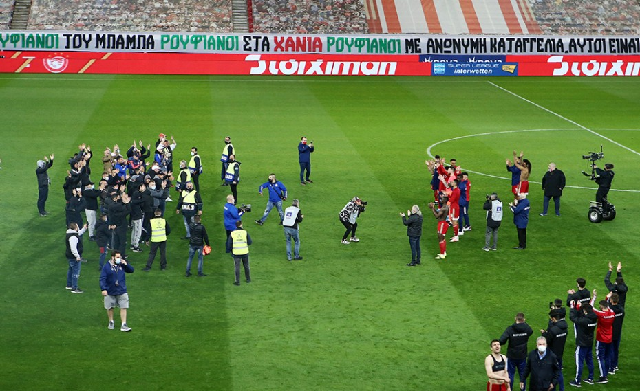 احتفال نجوم اولمبياكوس بلقب الدوري اليوناني (4)