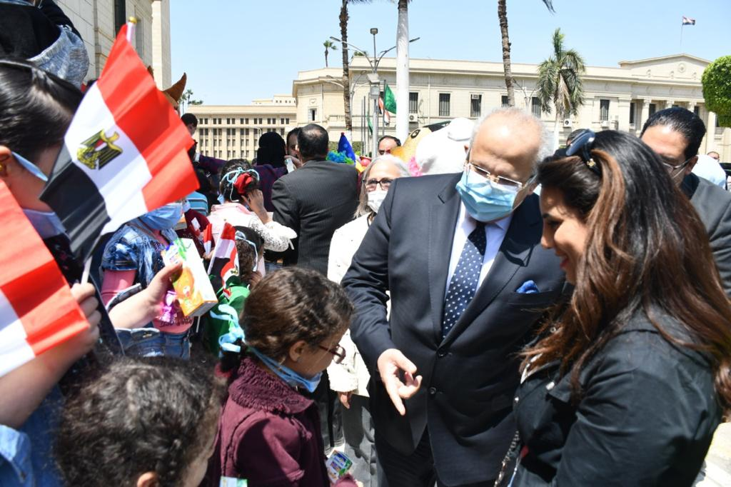 رئيس جامعة القاهرة يتحدث للأطفال