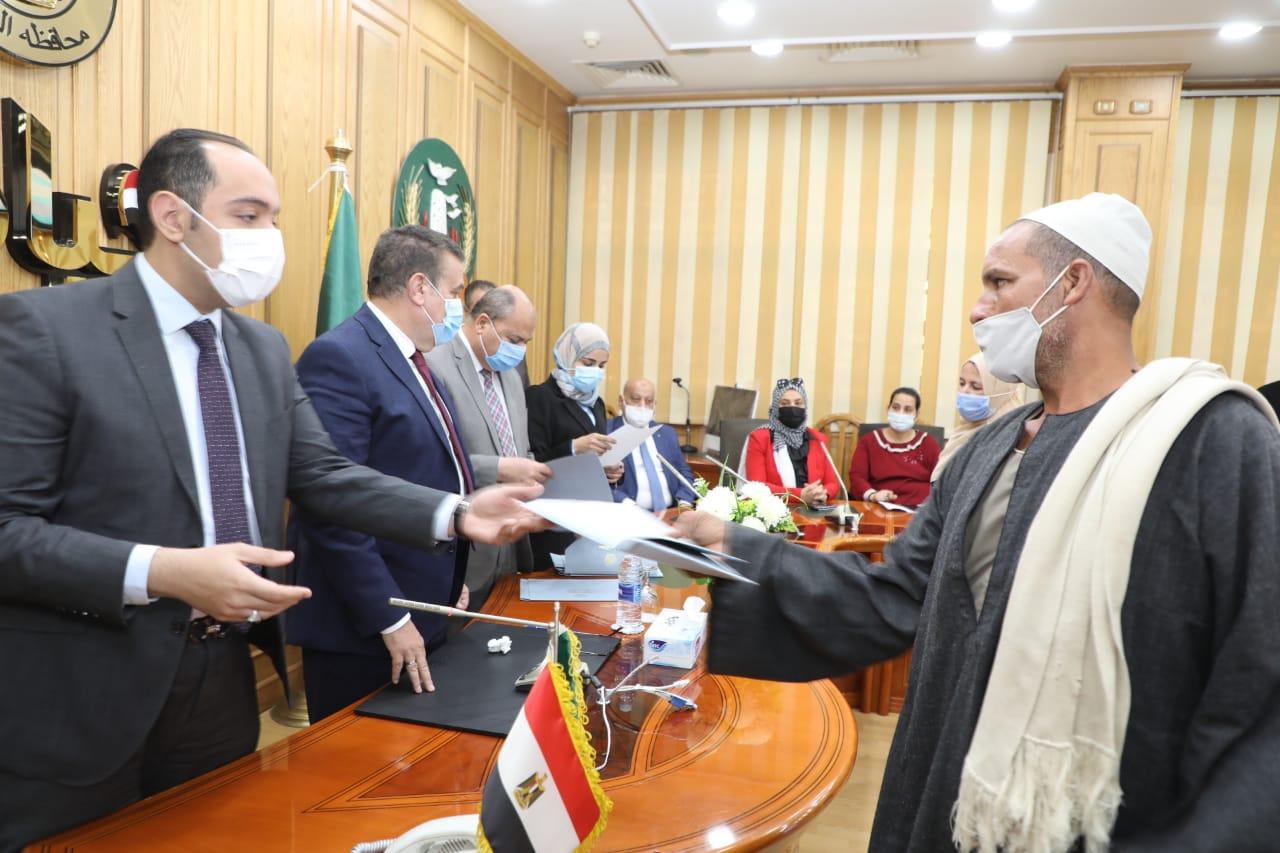 السكرتير العام لمحافظ المنوفية يسلم عقد جديد لأنظمة الرى