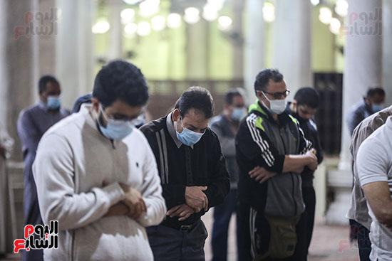 مصريون يؤدون أول صلاة تراويح (9)