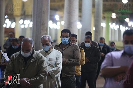 مصريون يؤدون أول صلاة تراويح (10)