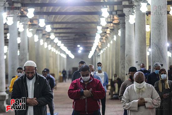 مصريون يؤدون أول صلاة تراويح (14)