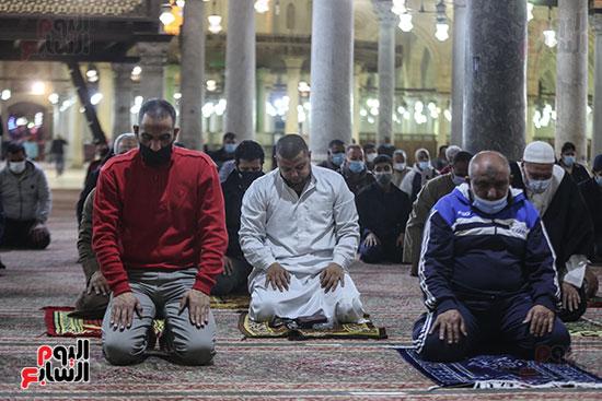 مصريون يؤدون أول صلاة تراويح (7)