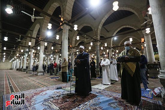 مصريون يؤدون أول صلاة تراويح (11)