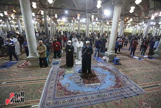 مصريون يؤدون أول صلاة تراويح (2)