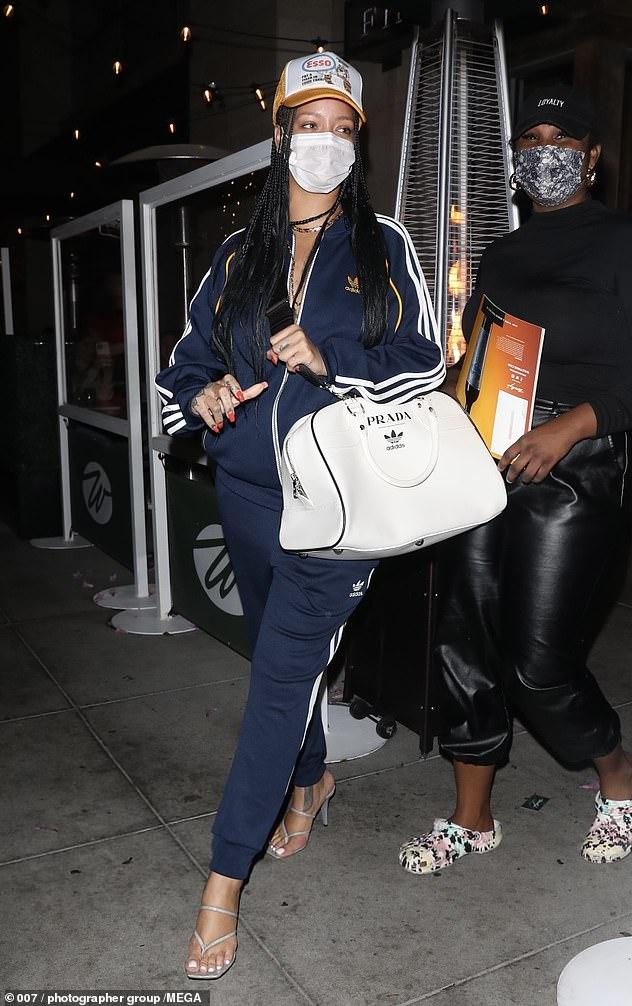 ريهانا ترتدي حقيبة ذات نسخ محدو