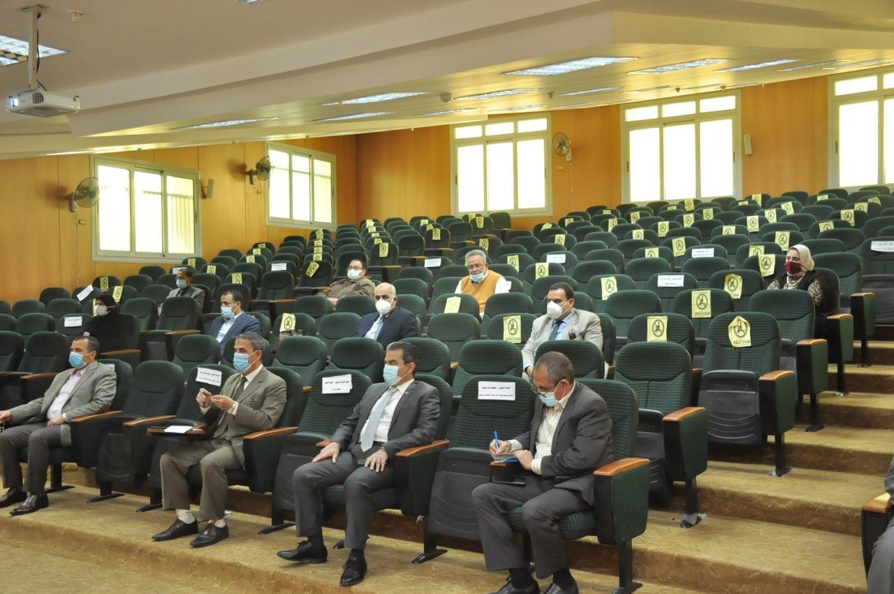 الحضور من عمداء الكليات