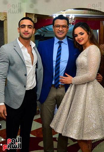 محمد-رجب-مع-العروسين