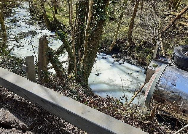 نهر يتحول إلى اللون الأبيض بعد انقلاب حافلة حليب بالمملكة المتحدة (2)