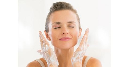 طرق طبيعية لتنظيف البشرة الدهنية
