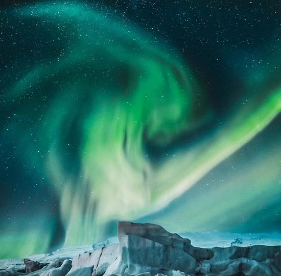 بحيرة جليدية في أيسلندا تظهر الشفق القطبي