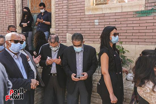 جثمان الكاتب الصحفى مكرم محمد أحمد يوارى الثرى بمقابر العائلة (6)