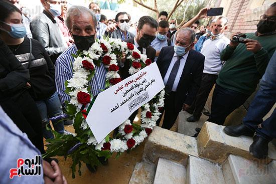 جثمان الكاتب الصحفى مكرم محمد أحمد يوارى الثرى بمقابر العائلة (5)