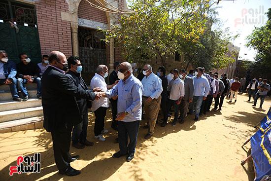 جثمان الكاتب الصحفى مكرم محمد أحمد يوارى الثرى بمقابر العائلة (7)