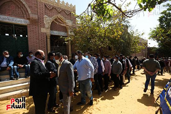 جثمان الكاتب الصحفى مكرم محمد أحمد يوارى الثرى بمقابر العائلة (9)