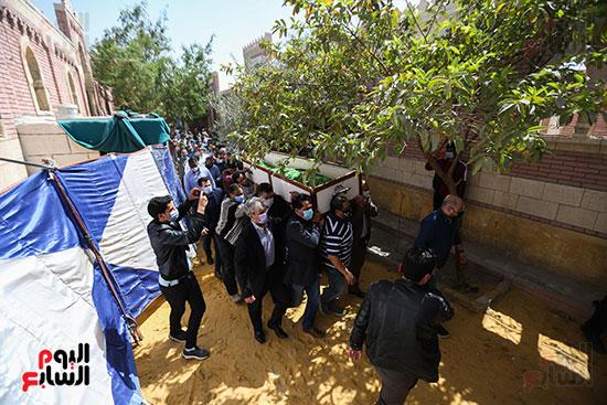 جثمان الكاتب الصحفى مكرم محمد أحمد يوارى الثرى بمقابر العائلة (1)