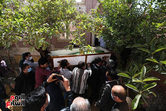 جثمان الكاتب الصحفى مكرم محمد أحمد يوارى الثرى بمقابر العائلة (4)