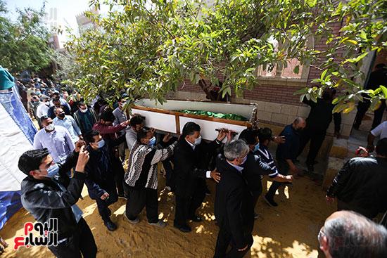 جثمان الكاتب الصحفى مكرم محمد أحمد يوارى الثرى بمقابر العائلة (2)