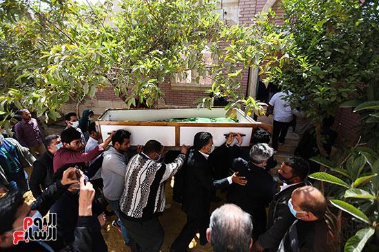 جثمان الكاتب الصحفى مكرم محمد أحمد يوارى الثرى بمقابر العائلة (3)