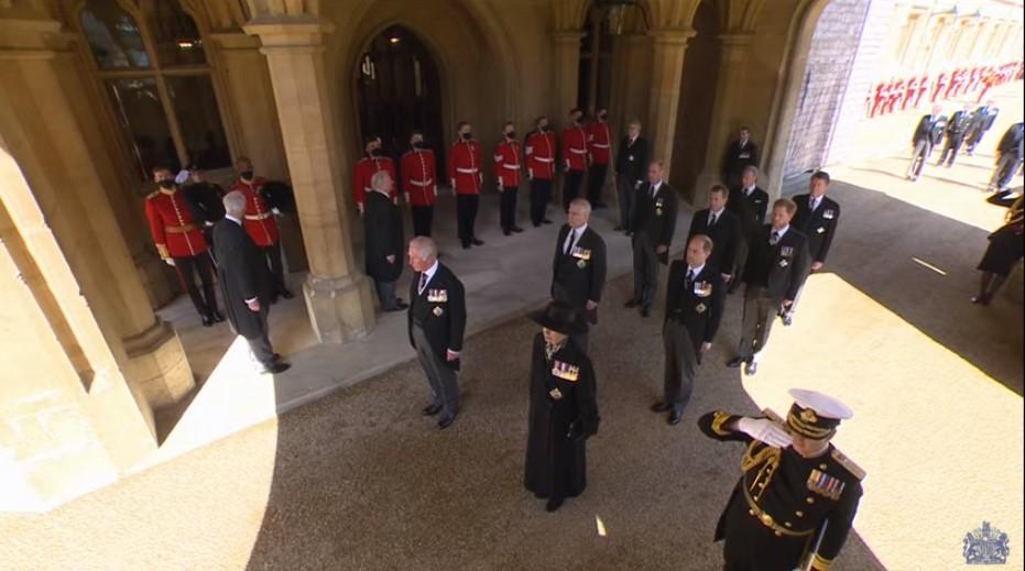 الأمير وليام يتقدم أمام شقيقه هارى فى الموكب الجنائزى