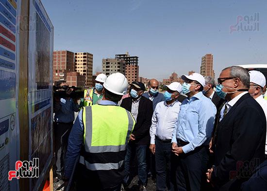 رئيس الوزراء يتفقد أعمال تطوير الطريق الدائرى (20)