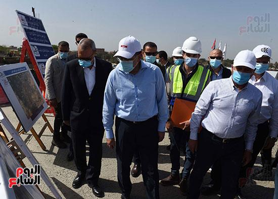 رئيس الوزراء يتفقد أعمال تطوير الطريق الدائرى (26)