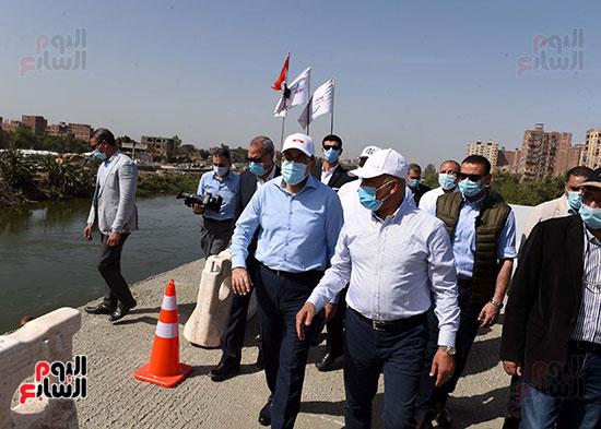 رئيس الوزراء يتفقد أعمال تطوير الطريق الدائرى (25)