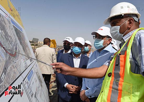 رئيس الوزراء يتفقد أعمال تطوير الطريق الدائرى (11)