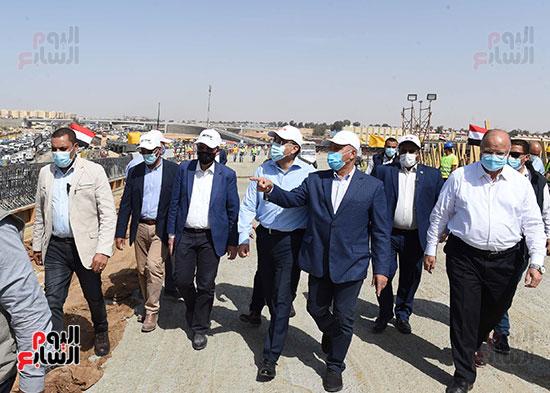 رئيس الوزراء يتفقد أعمال تطوير الطريق الدائرى (8)