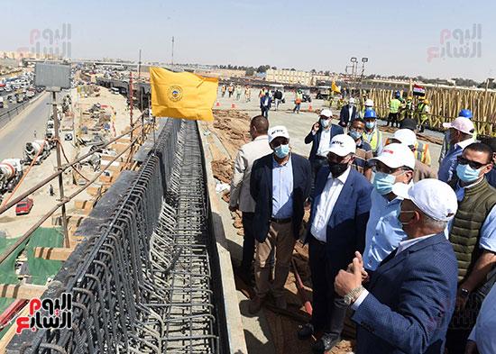 رئيس الوزراء يتفقد أعمال تطوير الطريق الدائرى (10)
