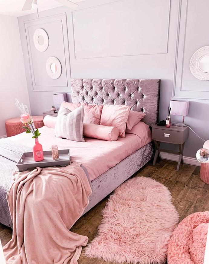غرفه نوم باللون الوردي